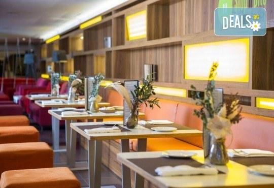 Нова година в Барселона с Trips2go! Самолетен билет, 3 нощувки със закуски в Expo Hotel Barcelona 4*, водач, по желание посещение на Ноу Камп, Монсерат и Фигерас - Снимка 5
