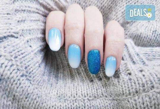 Поставяне на гел върху естествен нокът за укрепване на ноктите и маникюр с гел лак в студио за красота BEAUTY STAR до Mall of Sofia! - Снимка 1