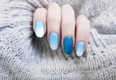 Поставяне на гел върху естествен нокът за укрепване на ноктите и маникюр с гел лак в студио за красота BEAUTY STAR до Mall of Sofia! - Снимка