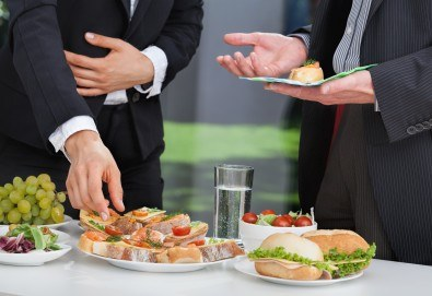 Празничен сет Фамилия - 150 бр. мини сандвичи, парти кюфтенца и златисти еклерчета от кулинарна работилница Деличи! - Снимка