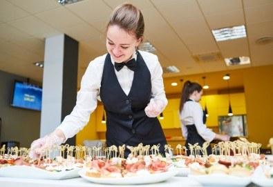 4 плата с общо 120 хапки с прошуто, сирене, маслина и мини еклери с гъши пастет от Топ Кет Кетъринг! - Снимка