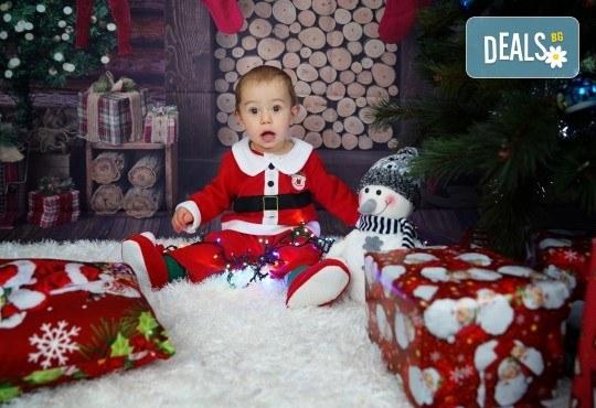 Kоледна фотосесия, семейна, детска или индивидуална, с много аксесоари в студио с Коледни декори и голяма елха, 30 обработени кадъра и подарък DVD! - Снимка 8
