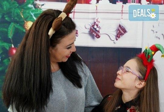 Kоледна фотосесия, семейна, детска или индивидуална, с много аксесоари в студио с Коледни декори и голяма елха, 30 обработени кадъра и подарък DVD! - Снимка 7