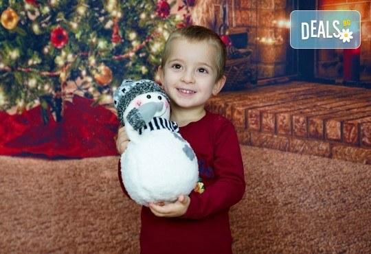 Kоледна фотосесия, семейна, детска или индивидуална, с много аксесоари в студио с Коледни декори и голяма елха, 30 обработени кадъра и подарък DVD! - Снимка 9
