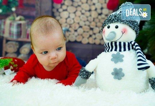 Kоледна фотосесия, семейна, детска или индивидуална, с много аксесоари в студио с Коледни декори и голяма елха, 30 обработени кадъра и подарък DVD! - Снимка 10