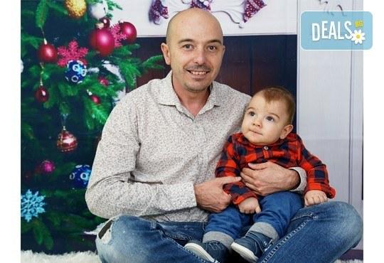 Kоледна фотосесия, семейна, детска или индивидуална, с много аксесоари в студио с Коледни декори и голяма елха, 30 обработени кадъра и подарък DVD! - Снимка 11