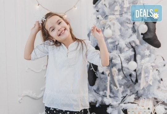 Kоледна фотосесия, семейна, детска или индивидуална, с много аксесоари в студио с Коледни декори и голяма елха, 30 обработени кадъра и подарък DVD! - Снимка 4