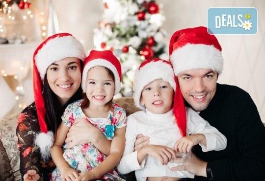 Kоледна фотосесия, семейна, детска или индивидуална, с много аксесоари в студио с Коледни декори и голяма елха, 30 обработени кадъра и подарък DVD! - Снимка 1