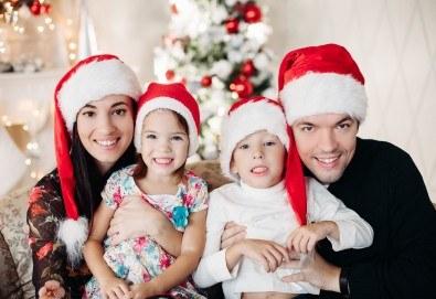 Kоледна фотосесия, семейна, детска или индивидуална, с много аксесоари в студио с Коледни декори и голяма елха, 30 обработени кадъра и подарък DVD! - Снимка