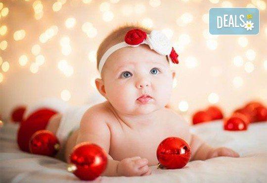 Kоледна фотосесия, семейна, детска или индивидуална, с много аксесоари в студио с Коледни декори и голяма елха, 30 обработени кадъра и подарък DVD! - Снимка 3