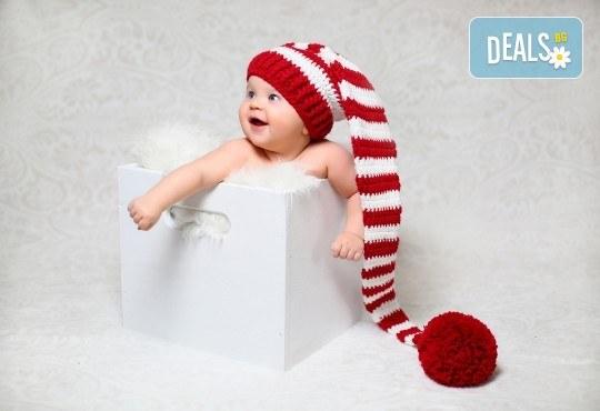 Kоледна фотосесия, семейна, детска или индивидуална, с много аксесоари в студио с Коледни декори и голяма елха, 30 обработени кадъра и подарък DVD! - Снимка 2
