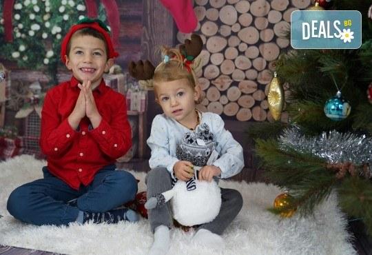 Kоледна фотосесия, семейна, детска или индивидуална, с много аксесоари в студио с Коледни декори и голяма елха, 30 обработени кадъра и подарък DVD! - Снимка 6