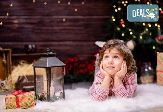 Коледна или зимна семейна, детска или индивидуална фотосесия в студио, в дома на клиента или на открито с 25 обработени кадъра от Фото студио Амели! - Снимка 1