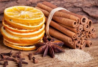 Празничен релакс! 60-минутна терапия - ароматерапевтичен масаж на тяло, ароматерапия с масла от портокал и канела, релаксиращ масаж на глава и лице и 10% отстъпка от всички услуги на Женско Царство - Снимка