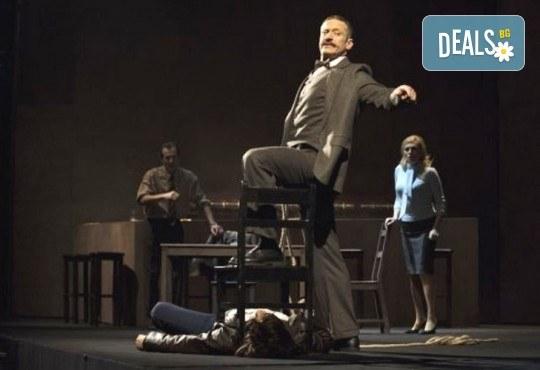 Деян Донков и Лилия Маравиля в Палачи от Мартин МакДона, на 19.12. от 19 ч. в Театър София, билет за един - Снимка 3