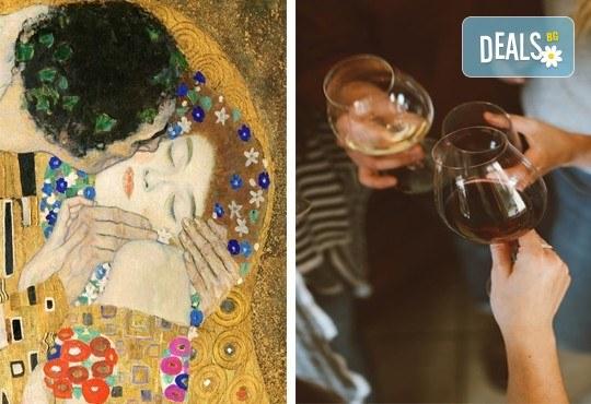 3 часа рисуване на тема Целувката на Густав Климт с напътствията на професионален художник + чаша вино, минерална вода и мини сандвичи в Арт ателие Багри и вино! - Снимка 1