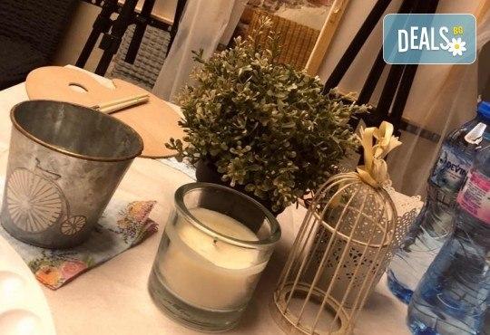 3 часа рисуване на тема Целувката на Густав Климт с напътствията на професионален художник + чаша вино, минерална вода и мини сандвичи в Арт ателие Багри и вино! - Снимка 10