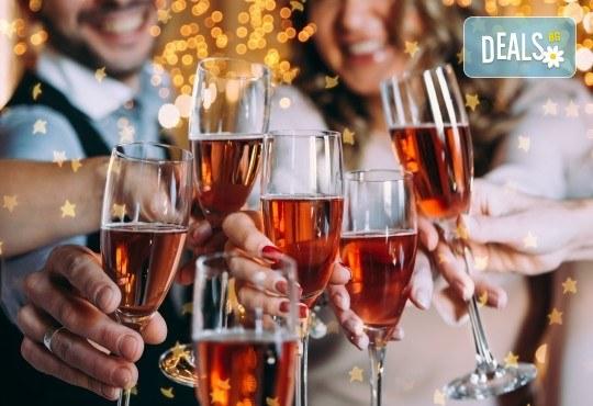 Сръбска Нова година в Етно село Срна! 1 нощувка и закуска, празнична вечеря с жива музика и неограничени напитки, транспорт - Снимка 1