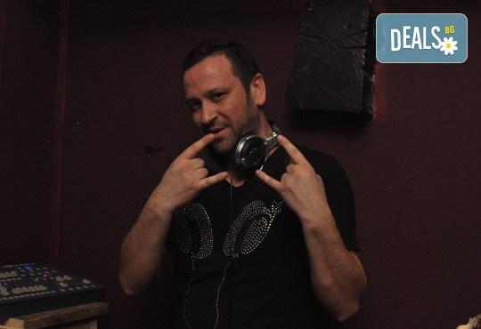 За Вашето Новогодишно, фирмено или частно парти, рожден ден, сватбено тържество, нощно/дневно заведение или абсолвентски бал предлагаме: цялостно озвучаване от DJ с апаратура, възможност за професионален фотограф и перкунсионист! - Снимка 6