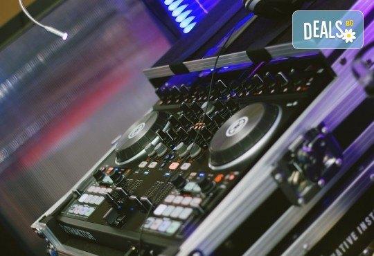 За Вашето Новогодишно, фирмено или частно парти, рожден ден, сватбено тържество, нощно/дневно заведение или абсолвентски бал предлагаме: цялостно озвучаване от DJ с апаратура, възможност за професионален фотограф и перкунсионист! - Снимка 1
