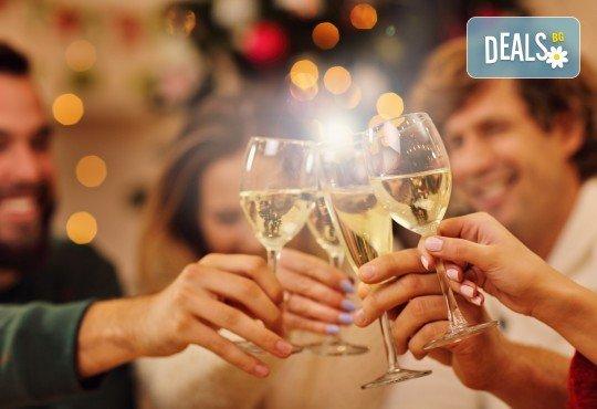 Last minute оферта за Нова година! 3 нощувки със закуски и празнична вечеря в Mercure Istanbul West Hotel & Pullman Convention Center 5*, транспорт и посещение на мол Forum - Снимка 1