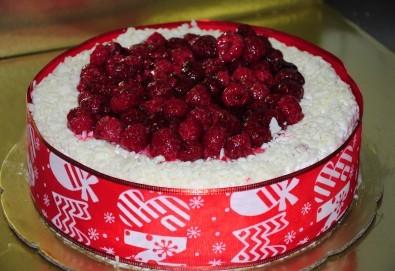 Апетитна йогуртова торта с малини - 1кг. ики 2кг. от сладкарница Лагуна! - Снимка
