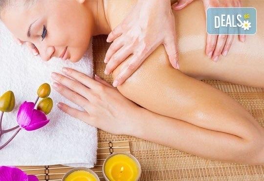 Класически, релаксиращ или арома масаж на гръб с етерични масла от жасмин и макадамия + зонотерапия в Бутиков салон Royal Beauty Room - Снимка 1