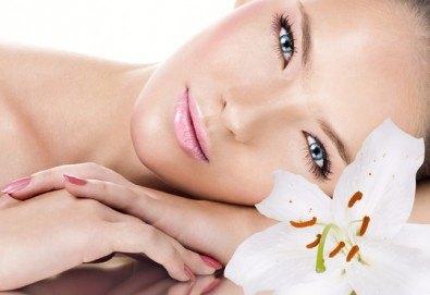 За сияйна и млада кожа! Диамантено микродермабразио на лице и фотодинамична терапия с LED маска в салон за красота Експерта - Снимка