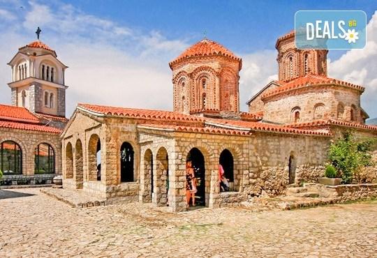 За Свети Валентин в Охрид: 1 нощувка и закуска, транспорт, посещение на Скопие