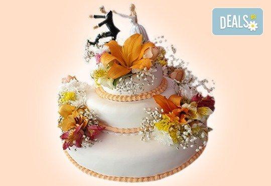 За Вашата сватба! Красива сватбена торта, декорирана с истински цветя, предоставени от младоженците и изпълнена от Сладкарница Джорджо Джани! - Снимка 1