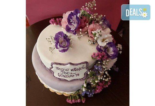За Вашата сватба! Красива сватбена торта, декорирана с истински цветя, предоставени от младоженците и изпълнена от Сладкарница Джорджо Джани! - Снимка 6