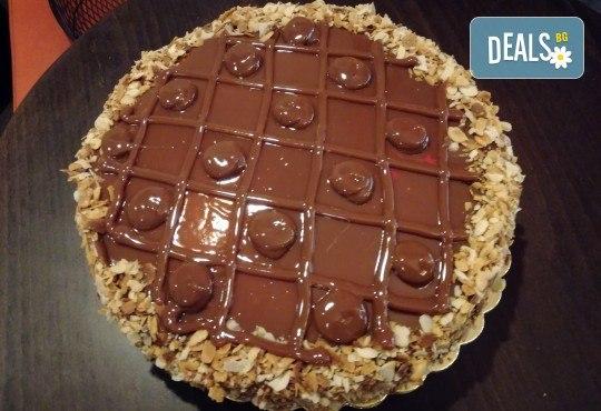 С доставка през април, май и юни! Тофи-карамелена сладост: торта Тофифи брой парчета по избор от майстор-сладкарите на Сладкарница Джорджо Джани - Снимка 1