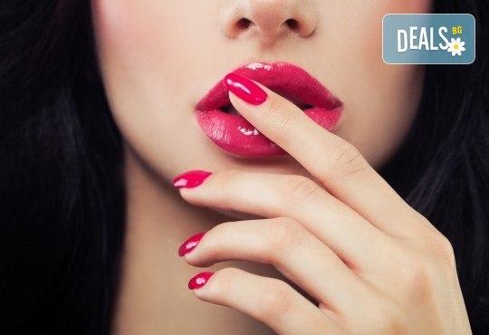 Уголемяване на устни чрез безиглено влагане на хиалуронов филър - 1 или 5 процедури, в салон Женско Царство в Студентски град или в Центъра - Снимка 1