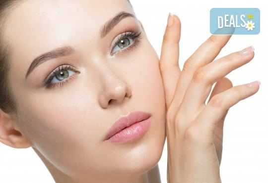 Диамантено микродермабразио на лице, нанасяне на възстановяващ серум и RF на околоочен контур и чело в салон Женско Царство - Снимка 1