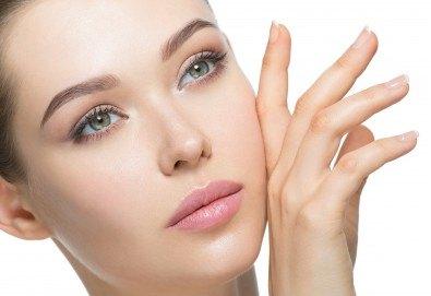 Диамантено микродермабразио на лице, нанасяне на възстановяващ серум и RF на околоочен контур и чело в салон Женско Царство - Снимка