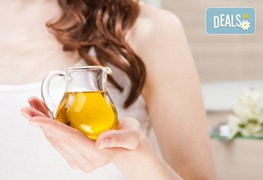 Подстригване, терапия с маска според типа коса, нанасяне на арганов спрей, арганово олио и оформяне на прическа със сешоар в салон Diva - Снимка 4