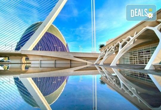 Екскурзия до слънчева Валенсия през февруари или март! 3 или 4 нощувки в центъра на града, самолетен билет с включени летищни такси и ръчен багаж - Снимка 1