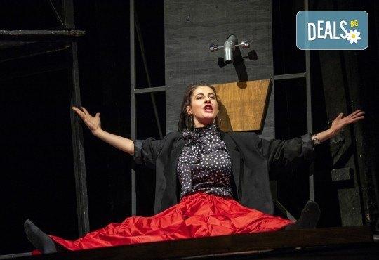 Гледайте черната комедия Емигрантски рай на 11.02. от 19ч. в Театър ''София'', билет за един! - Снимка 2