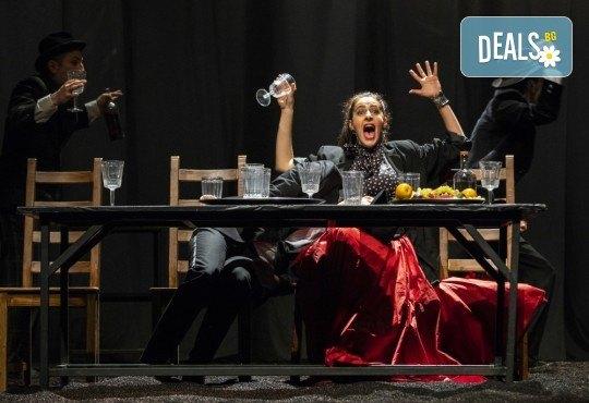 Гледайте черната комедия Емигрантски рай на 11.02. от 19ч. в Театър ''София'', билет за един! - Снимка 7