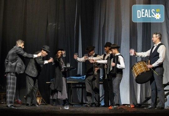 Гледайте черната комедия Емигрантски рай на 11.02. от 19ч. в Театър ''София'', билет за един! - Снимка 5