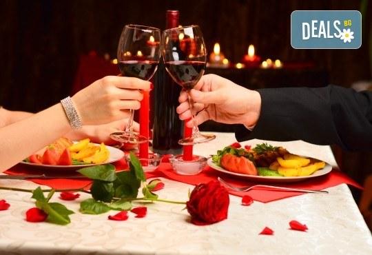 За Свети Валентин и Трифон Зарезан - уикенд в Етно село Срна, Сърбия! 2 нощувки със закуски, 2 празнични вечери, посещение на Темски манастир и пазара в Пирот - Снимка 1
