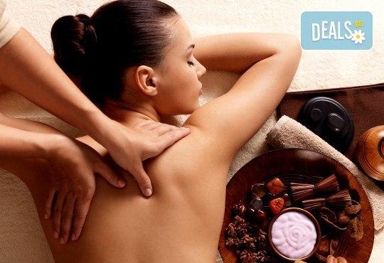 100-минутен СПА пакет Афродизиак с пилинг масаж на цяло тяло с шоколадови соли, кралски масаж с топло масло от сандалово дърво и амбър и вулканични камъни на гръб в Wellness Center Ganesha Club - Снимка 3