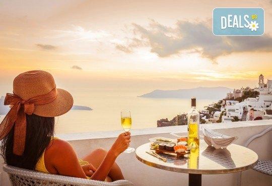 Романтична почивка през лятото на остров Санторини! 4 нощувки със закуски в хотел 3*, транспорт и водач от Данна Холидейз - Снимка 3
