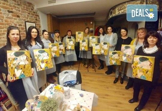 3 часа рисуване на тема Целувката по Климт на 21.02. с напътствията на професионален художник + чаша вино и минерална вода в Арт ателие Багри и вино! - Снимка 2