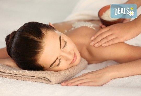 СПА пакет Релакс! 60 или 90-минутен дълбокотъканен или релаксиращ масаж на цяло тяло, пилинг на гръб, масаж на глава и лице и бонус: масаж на ходила в Женско Царство - Снимка 1