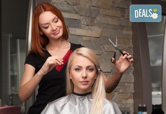 Боядисване на коса с професионална боя Matrix, подхранваща маска за дълготраен цвят, оформяне със сешоар и подстригване по желание в Женско Царство в Центъра - Снимка 4