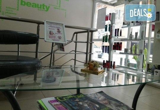 Подстригване на връхчета и оформяне на прическа със сешоар в салон за красота Женско Царство в Центъра - Снимка 8