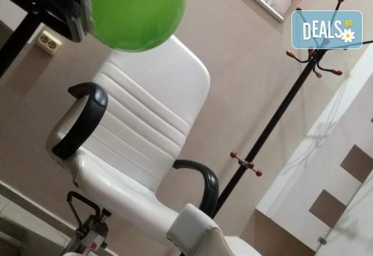 Измиване, премахване на цъфтящи краища с полировчик и оформяне със сешоар в салон за красота Женско Царство в Центъра - Снимка 4