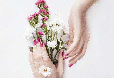Красиви цветове! Маникюр с обикновен лак в салон Artistic Studio - Снимка