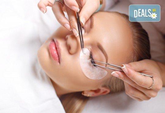 Удължаване и сгъстяване на мигли чрез метода косъм по косъм в студио за красота Бейбъл, Студентски град - Снимка 1